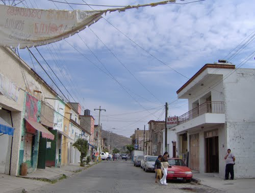 Calle Vallarta, view west to East. Calle Vallarta, vista de poniente a Oriente.